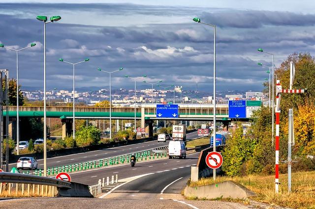 Carretera con señales de tráfico