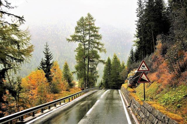 Carretera de montaña con señales de tráfico