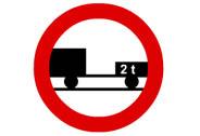 R-112. Entrada prohibida a vehículos de motor con remolque, que no sea un semirremolque o un remolque de un solo eje