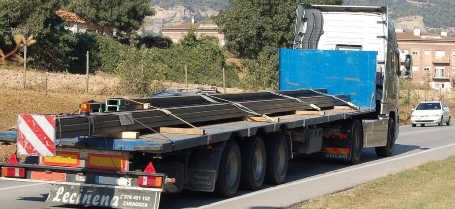 cuánto puede sobresalir la carga en un camion