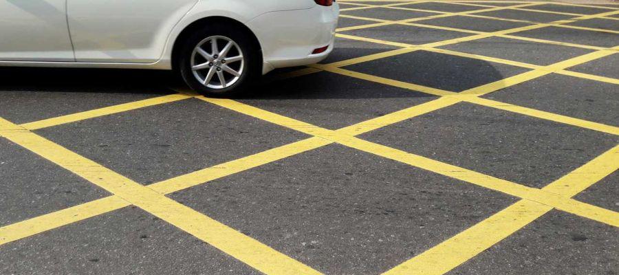 marca vial amarilla cuadricula