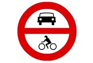 señal R-102 Entrada prohibida a vehículos de motor