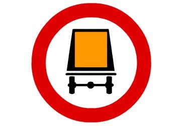 señal R-108 Entrada prohibida a vehículos que transportes mercancías peligrosas