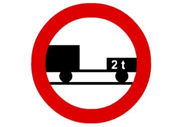 señal R-112 Entrada prohibida a vehículos de motor con remolque, que no sea un semirremolque o un remolque de un solo eje