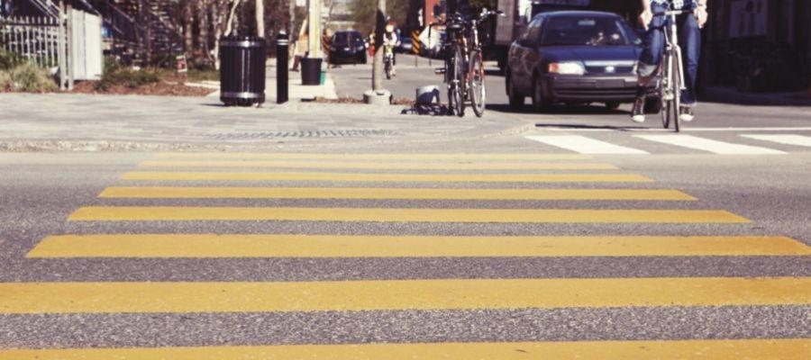 un paso de cebra amarillo
